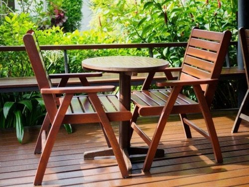 Schütze Holzmöbel im Freien vor Sonne und Hitze