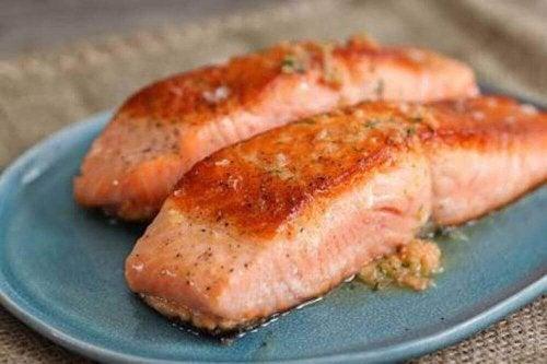 So macht Kochen Spaß: Verhindere mit Zitronenscheiben das Anhaften von Fischen