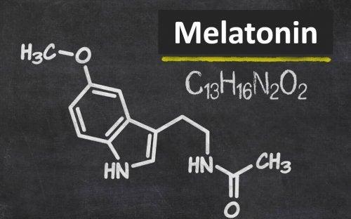 Melatonin ist ein Hormon, das in der Zirbeldrüse hergestellt wird