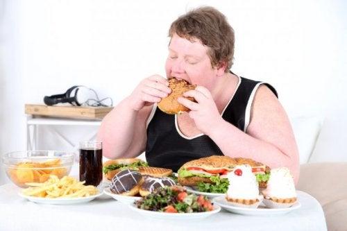 Frau mit großem Hunger