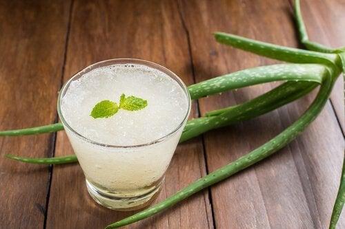 Getränk aus Aloe Vera, Orange und Honig