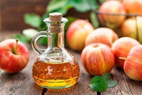 Apfelessig in einer Glaskaraffe