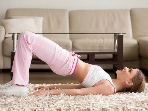 Beckenheben ist eine Gymnastikübung für gesunde Knochen