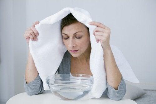 Frau nimmt Dampfbad