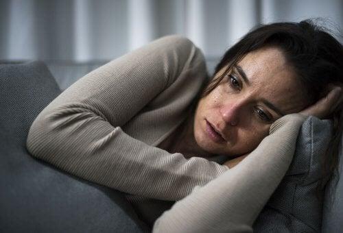 Frau weint, weil sie ihr Kind verloren hat