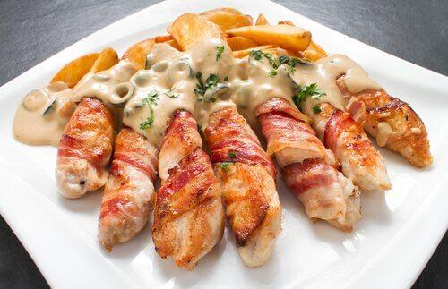 Gefülltes Hühnchenfleisch mit Frischkäse, Knoblauch und Frühlingszwiebeln