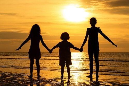 Drei Geschwister am Strand