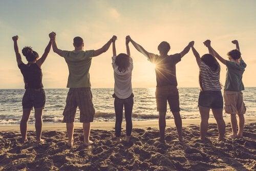 jugendliche Freunde am Strand