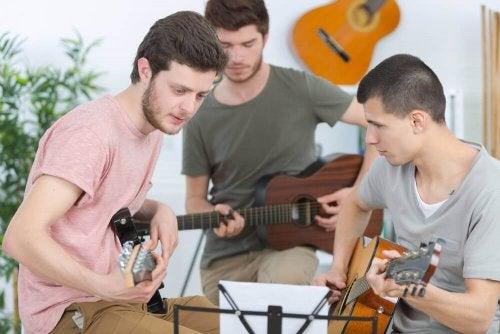 Jugendliche spielen zusammen Gitarre