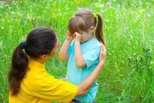 Mutter spricht mit ihrer Tochter