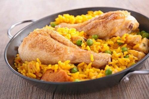 Reis mit Hühnchen auf spanische Art