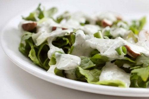 Salat mit Joghurt-Basilikum-Dressing