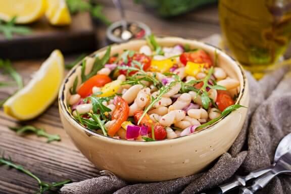 2 Arten, spanischen Salat mit weißen Bohnen zuzubereiten