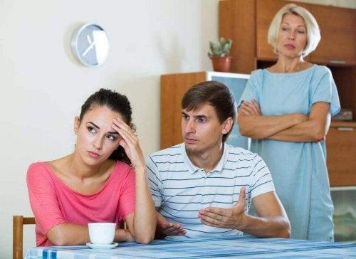 Eine Frau ist unzufrieden mit ihrem Ehemann und ihrer Schwiegermutter.