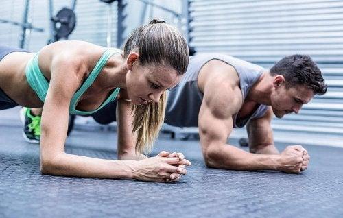 Frau und Mann trainieren