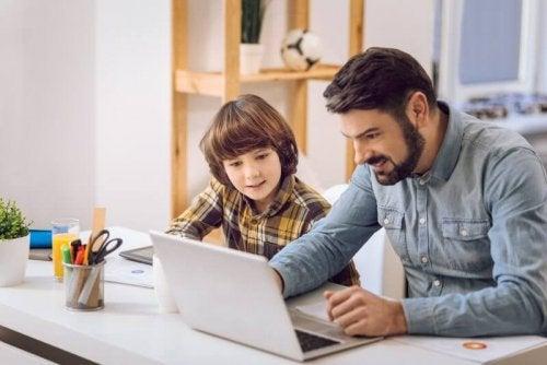 Vater und Sohn lernen zusammen