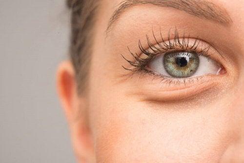 Gesunde und feuchte Augen als einer der Vorteile von Hyaluronsäure