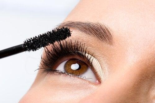 effektive Beautytricks wie das Ersetzen von Mascara