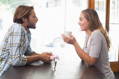 Gespräch zwischen Mann und Frau