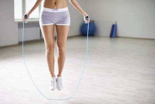 Seilhüpfen ist eine einfache Übung für zu Hause