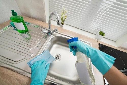So reinigst du die Waschbecken in deinem Haushalt