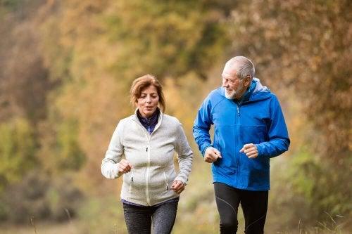 Ältere Menschen gehen joggen