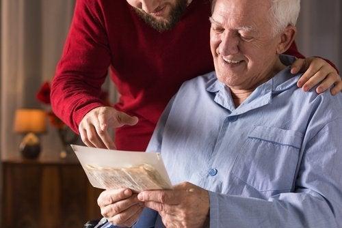 Älterer Mann betrachtet ein Foto