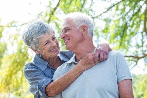 Älteres Pärchen umarmt sich glücklich
