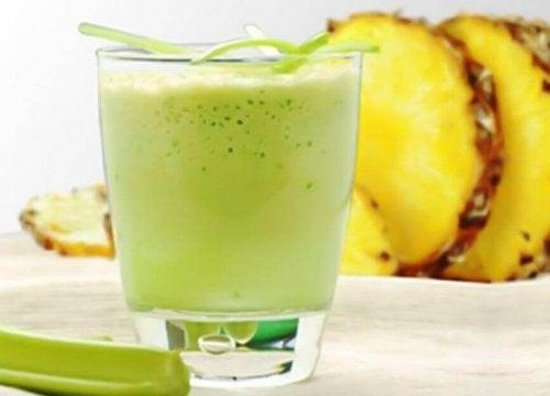 Der perfekte Smoothie, hier aus Ananas und Sellerie.