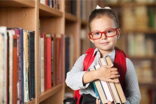 Ein begabtes Mädchen, die einige Bücher in den Händen hält.