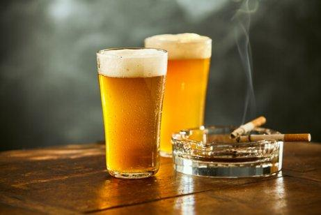 Zwei Gläser Bier und eine angezündete Zigarette.