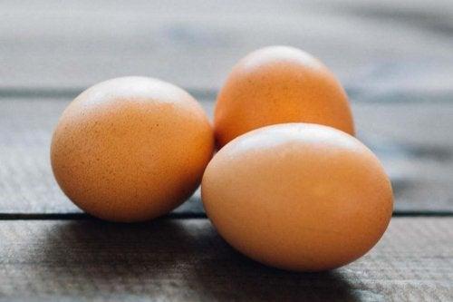 Drei Eier auf dem Tisch