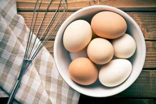 Einige Eier in einer kleinen Schüssel.