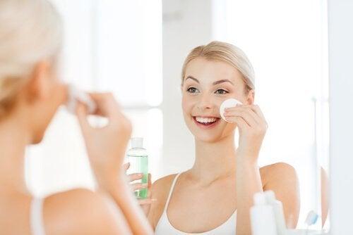 Benutze ein gutes Gesichtswasser