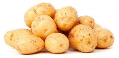 Viele rohe Kartoffeln