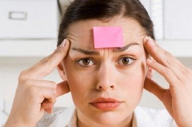 Frau mcht Gedächtnisübung zur Vorbeugung einer Demenzerkrankung