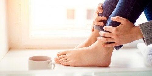Frau mit eingewachsenem Fußnagel