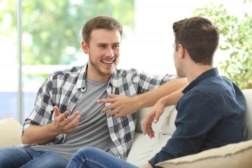 Zwei Männer unterhalten sich und lachen.