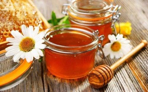 Zwei Gläser voller Honig.