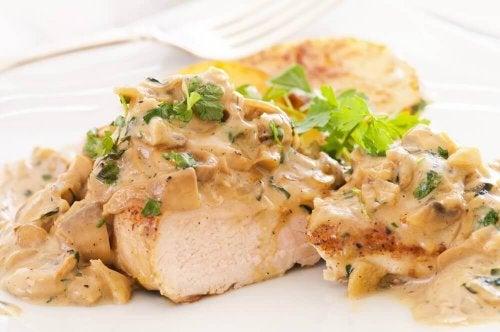 Hühnchenbrust mit Käsesoße – einfach köstlich!