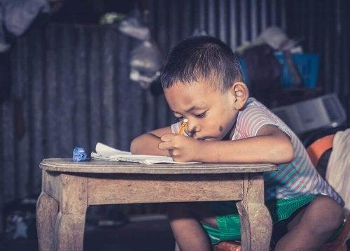 Ein Junge schreibt etwas.