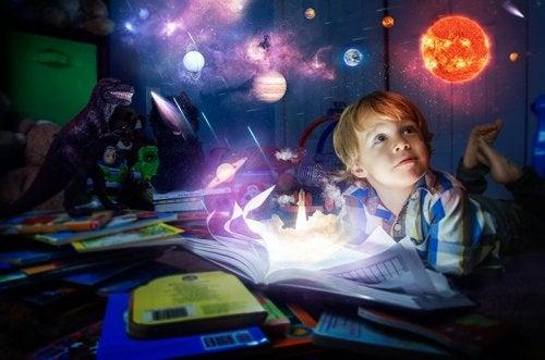 Junge träumt vom Universum