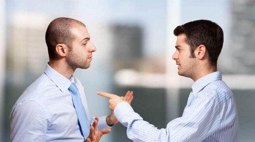 Schuld auf andere abwälzen kann eine schädliche Lüge sein - Selbstlügen