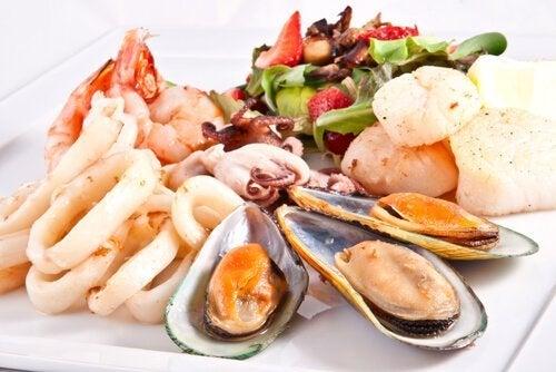 Teller mit Auswahl an Meeresfrüchten