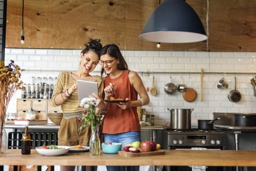 Zwei Frauen in der Küche
