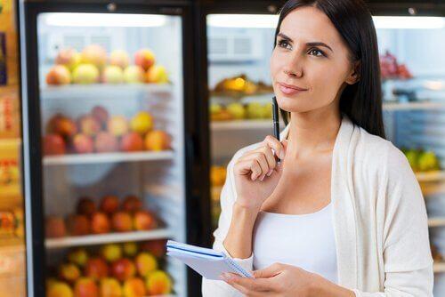 Frau beim Einkaufen schaut immer Lebensmittelettiket an