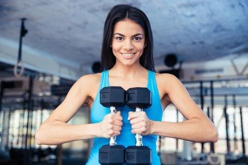 Horizontales Gewichteheben hilft die Brüste zu straffen