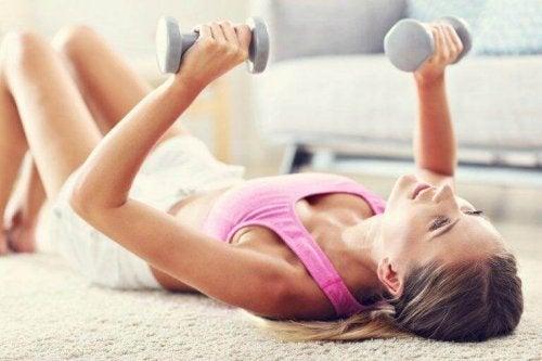 Einige Übungen für straffere Brüste führst du mit gebeugten Ellenbogen durch