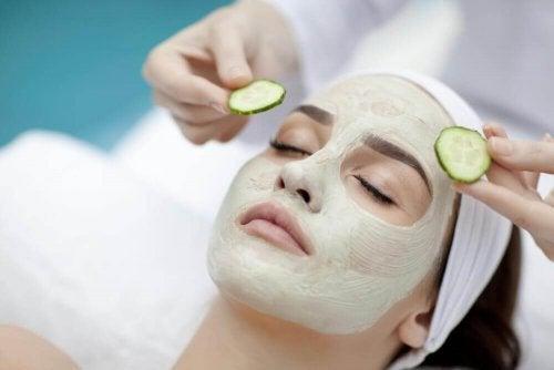 Zur Reinigung deiner Poren kannst du deine eigene Gesichtsmaske herstellen