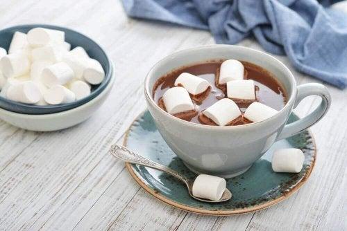 Kleine Naschkatzen werden die heiße Schokolade mit Marshmallows lieben